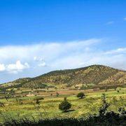 نمای زیبا از کوه ها ، مزارع و ابرها منطقه ربط